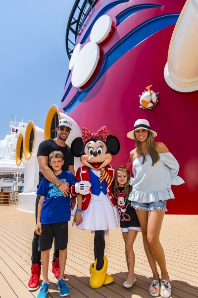 William Levy, Elizabeth Gutiérrez y sus hijos Christopher y Kailey, junto a Minnie Mouse en el crucero Disney Dream. Foto Disney Cruise Line.