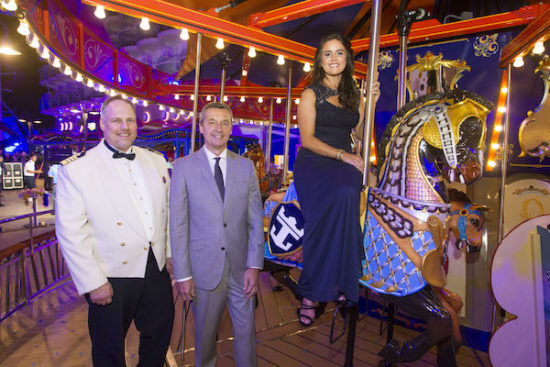 Captain Gus Andersen, y CEO de Royal Caribbean International junto a Brittany Affolter, madrina del Harmony of the Seas. Foto Royal Caribbean.