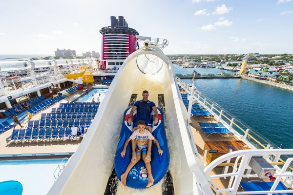 William Levy y su hijo Christopher se divierten en el AquaDuck del Disney Dream. Foto Disney Cruise Line.